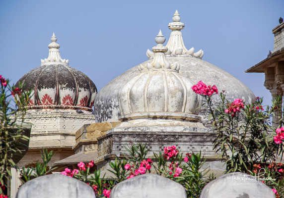 Ahar ist berühmt für die Kenotaphien der königlichen Herrscher und ein archäologisches Museum. Die Leute huldigen noch heute den Herrschern von Mewar