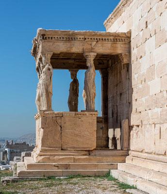 Sie wurden auch als Karyatiden bezeichnet (laut Vitruv benannt nach der Stadt Karya auf der Peloponnes); es ist jedoch nicht gesichert, wen sie darstellen. Die Karyatiden gehören stilistisch zum Reichen Stil.