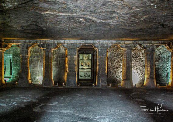 Höhle 1, Vihara mit sitzendem Buddha sowie Wand- und Deckenmalereien. Vihāra ist die Pali- und Sanskrit-Bezeichnung für ein buddhistisches Klostergebäude, in der ursprünglichen Wortbedeutung für einen Wohnsitz oder eine Zuflucht
