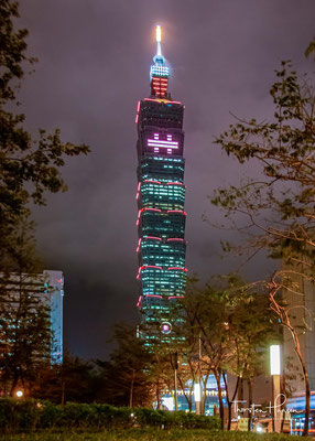 Wie ein gigantischer Bambus ragt der Büroturm Taipei 101 mit seinen 508 Metern über Taiwans Hauptstadt Taipeh...