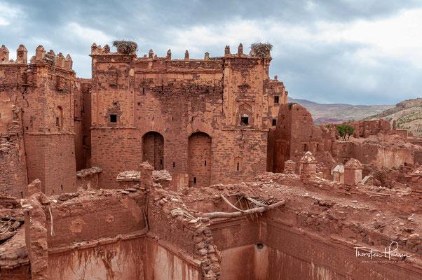 Die Ende des 19. und zu Beginn des 20. Jahrhunderts neu erbaute Kasbah El Glaouis liegt auf einer natürlichen Erhebung etwas außerhalb des Dorfes und dominiert das Ortsbild.