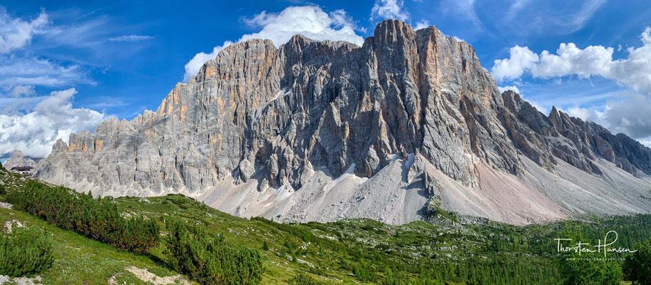 Das Alpenglühen ist eine Lichtstimmung bei Sonnenuntergang und Sonnenaufgang im Hochgebirge. Es beschreibt zwei unterschiedliche Phänomene, die als erste Färbung und zweite Färbung bezeichnet werden.