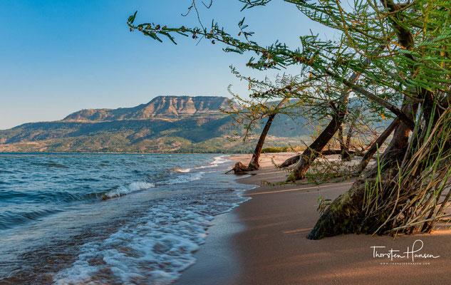 Hier finden sich luxuriöse Herbergen. Der Sandstrand erstreckt sich über 10 Kilometer entlang des Südwesten des Sees.