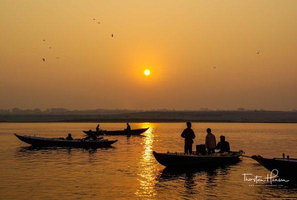 Eine Bootstour auf dem Ganges entlang der Ghats gehört zum touristischen Pflichtprogramm in Varanasi.