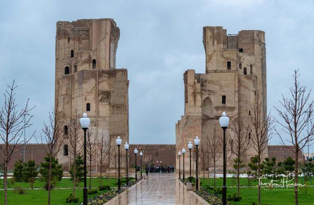 Im 16. Jahrhundert wurde die stadt Shahrisabz und mit ihr auch das Schloss Oq Saroy von Abdullah II., dem Emir von Buxoro zerstört.