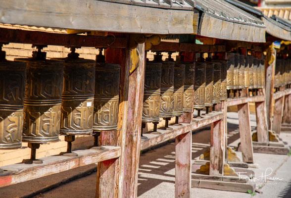 Noch im 13. Jahrhundert, zu Dschingis Khans Zeiten, folgten die Mongolen dem Tengrismus, einem schamanischen Glaubenssystem,....