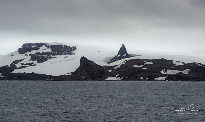 Auf den eisfreien Flächen von King George Island, hauptsächlich im Südwesten der Insel, konzentrieren sich eine Reihe von Antarktis-Forschungsstationen verschiedener Länder