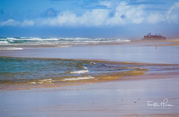 Im Jahr 1935 lief an der Ostküste der Insel der ehemalige Luxusliner S.S. Maheno während eines für die Jahreszeit untypischen Zyklons auf Grund.