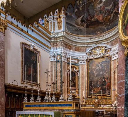 Das Taufbecken, das Portal und andere Ausstattungsstücke wurden aus irischem Holz geschnitzt. Die aktuelle Innenbemalung der Kuppel stammt aus den 1950er Jahren. Sie zeigt den Schiffbruch des Apostels Paulus an der Insel Malta