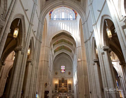 Blick auf Altar und Hauptschiff