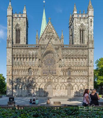 """Er war seit 1152 die Kathedrale der norwegischen Metropoliten. Weil hier der Schrein von Olaf dem Heiligen hinter dem Hochaltar stand, trug der Dom auch den Beinamen """"Herz Norwegens""""."""