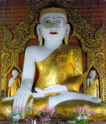 Shwe Myet Hamn Pagode - der einzige Buddha mit einer Brille. Nach einem Gebet der Frau, konnte der Ehemann wieder sehen