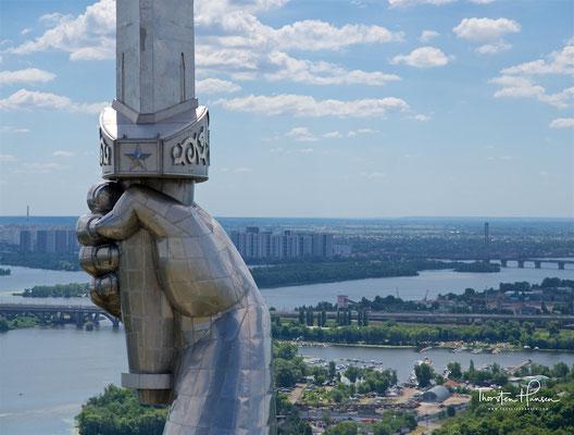 Der Schild, auf dem das Wappen der Sowjetunion abgebildet ist, ist 36 m2 groß und 13 Tonnen schwer.