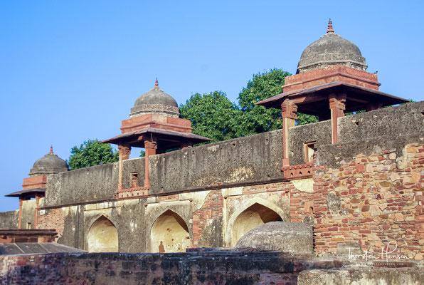 Fatehpur Sikri liegt in einer Höhe von etwa 175 bis 185 m ü. d. M. am östlichen Rand des Aravalligebirges rund 36 km (Fahrtstrecke) südwestlich von Agra.
