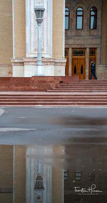 Das Navoi Theater ist ein Theater in der usbekischen Hauptstadt Taschkent, das für Opern- und Ballettaufführungen genutzt wird.