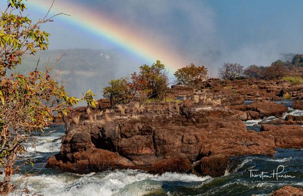 Auf einer Breite von fast zwei Kilometern stürzt der gewaltige Sambesi River 108 Meter in die Tiefe.