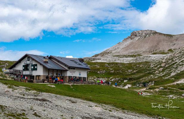 Rifugio Puez. Die Puezhütte wurde 1889 vom Deutsch-Österreichischen Alpenverein erbaut. Nach dem Ersten Weltkrieg ging sie an den Italienischen Alpenverein über.
