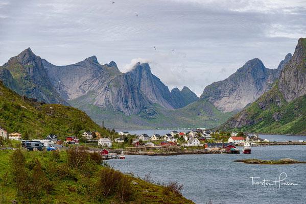 Besonders beliebt sind in der Gegend die so genannten Rorbuer, urig rustikale Fischerhütten, die zu Ferienwohnungen umgebaut wurden.
