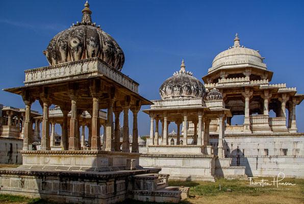 Ehrendenkmäler in Ahar. Der Ort ist berühmt dafür, der Einäscherungsplatz der Herrscher von Mewar zu sein. Ahar hat nicht weniger als 19 Kenotaphien der Könige, die hier eingeäschert wurden.