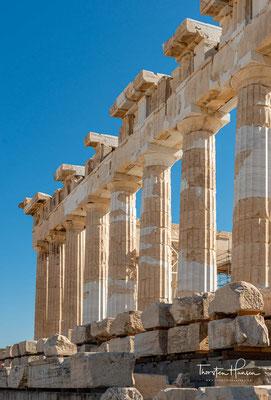 Der Parthenon war sowohl innen als auch außen mit aufwändigen marmornen Bildhauerarbeiten dekoriert. Diese sind nur zum Teil erhalten geblieben, jedoch gibt es ausführliche Beschreibungen der zerstörten Teile.