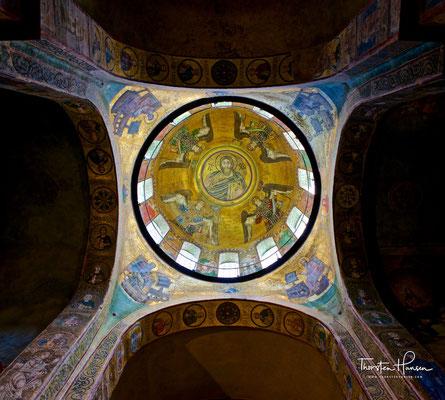 """Hervorzuheben sind das übergroße Mosaik der """"Betenden Gottesmutter"""" (""""Orans"""") in der Altarapsis und das Mosaik des allherrschenden Christus (""""Pantokrator"""") in der Zentralkuppel."""