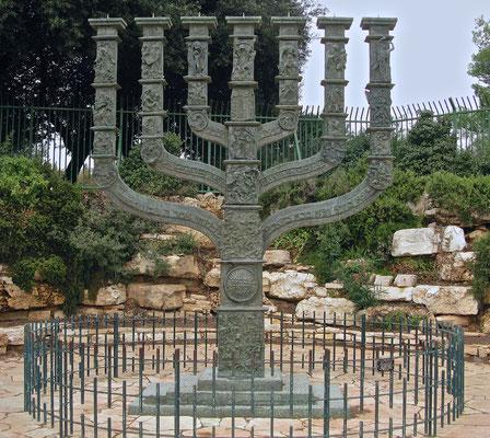 Installierte Menora vor der Knesset von Benno Elkan