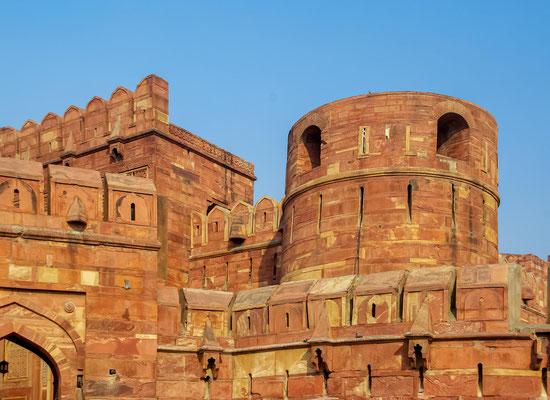 Die gesamte Fort-Anlage hat einen halbmondförmigen Grundriss und ist von einer bis zu 21 Meter hohen Mauer umgeben, deren Umfang 2,4 Kilometer beträgt.