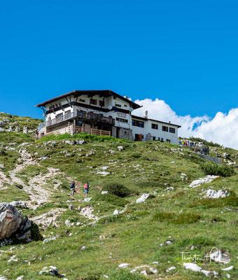 Das Rifugio Tissi liegt fast auf dem Gipfel des Col Reàn auf 2250 m s.l.m, gegenüber der Nordwestwand der Civetta. An der Hütte führt der Dolomiten-Höhenweg 1 vorbei.