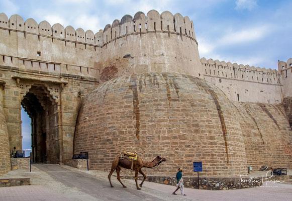 Bereits im Jahre 1303 belagerte der in Delhi residierende Sultan Ala ud-Din Khalji die Festung – angeblich weil er die schöne Prinzessin Padmini zur Frau begehrte.