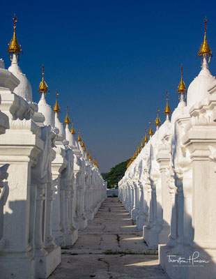 Denn rund um die Pagode stehen 729 kleine, weiße Pagoden, in denen jeweils eine Marmortafel untergebracht ist, auf der Texte der buddhistischen Lehre vermerkt sind.