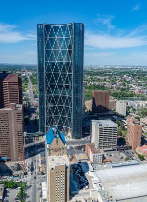 Calgary liegt im Süden der Provinz an der Mündung des Elbow Rivers in den Bow River. 1988 trug Calgary als erste kanadische Stadt die Olympischen Winterspiele aus.