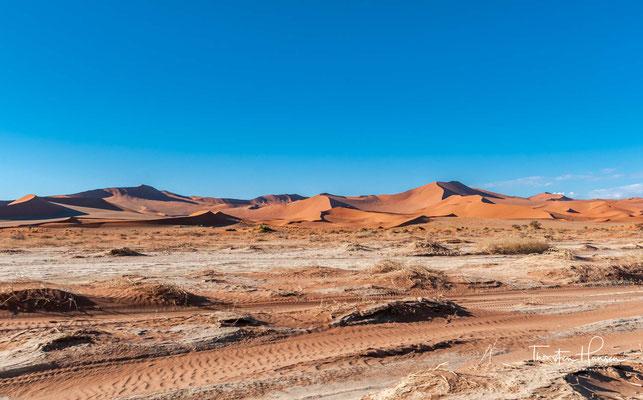"""Das Sossusvlei liegt in Namibia und ist eine von Sanddünen umschlossene beige Salz-Ton-Pfanne (""""Vlei"""") in der Namib...."""