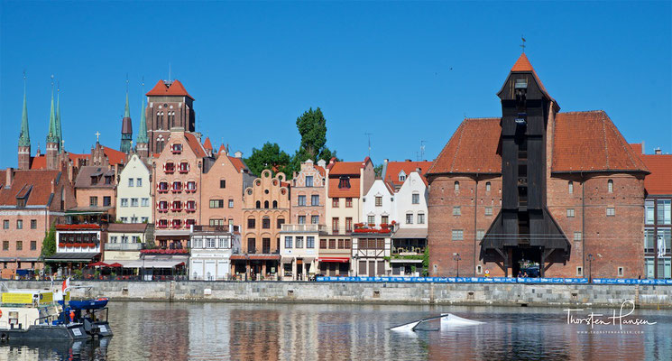 Das Krantor in Danzig wurde im Stil der Backsteingotik als Doppelhalbrundturmtor mit steilen, Ziegel gedeckten Dächern unmittelbar am Mottlauhafen errichtet.