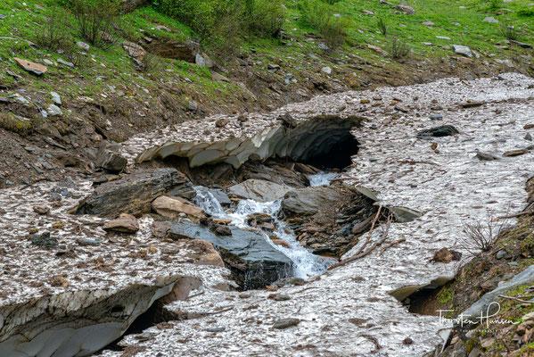 Der Gliderbach ist im Juni noch teilweise von Schneefeldern bedeckt und die Überquerung ist teilweise nicht ganz einfach