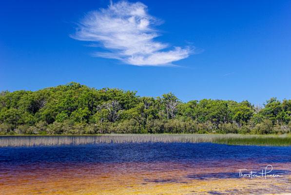 Mit dem weißen Sand und tiefblauem Wasser gehört der See zu den größten Attraktionen auf der Insel