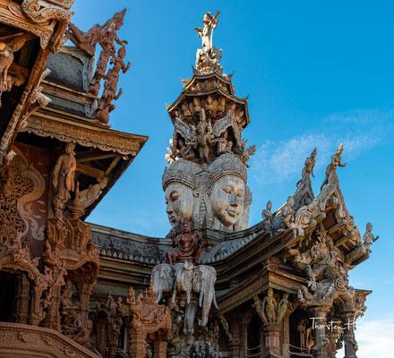 Das größte Teakholzhaus Asiens, das im Stil eines Tempels gebaut wurde und verehrt wird wie ein Haus der Götter, ist 105 Meter hoch und fast 100 Meter lang.