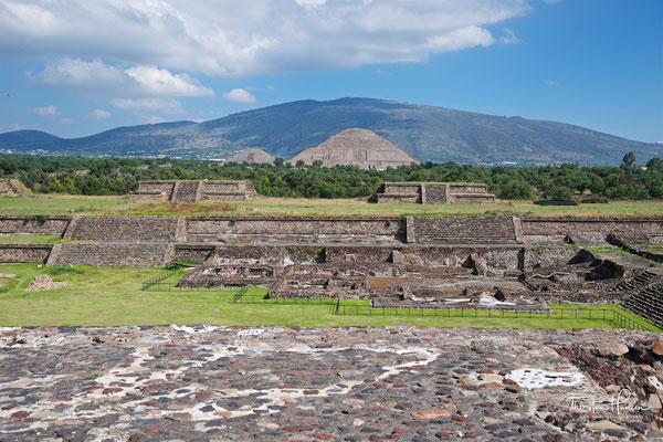 """Die Sonnenpyramide und die """"Straße der Toten"""" in Teotihuacán von der Mondpyramide aus gesehen"""