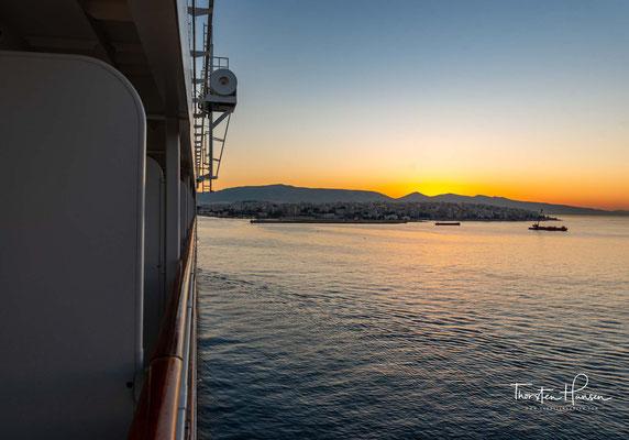 Der Hafen befindet sich in der Region Attika in acht Kilometer Entfernung zur griechischen Hauptstadt Athen. Er liegt am Saronischen Golf, einem Teil der Agäis.