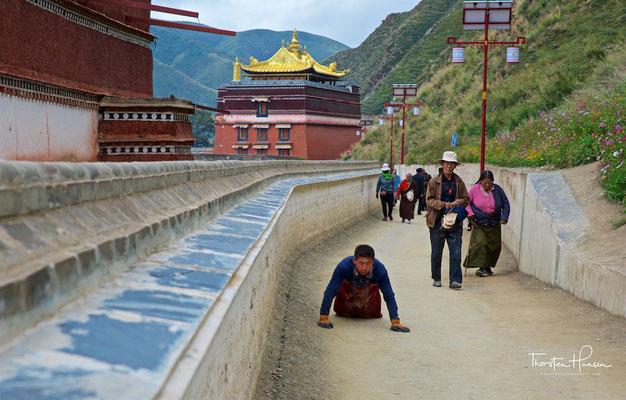 Das Kloster Labrang (Labrang Trashi Khyil) liegt in 2.800 Metern Höhe in einem Flusstal des Kreises Xiahe