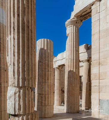Sie wurden zwischen 437 und 432 v. Chr. errichtet. Spätestens mit Beginn des Peloponnesischen Krieges wurden die Arbeiten an dem noch unfertigen Bau eingestellt und nicht wieder aufgenommen