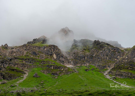 Welch ein Traum! Diese 700 Höhenmeter hohe Wand muss ich bei Regen und Nebel durchwandern.