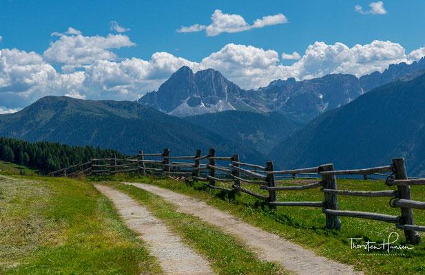 Erster Dolomitenblick von der Lüsner Alm Richtung dem 2875m hohen Peiterkofel