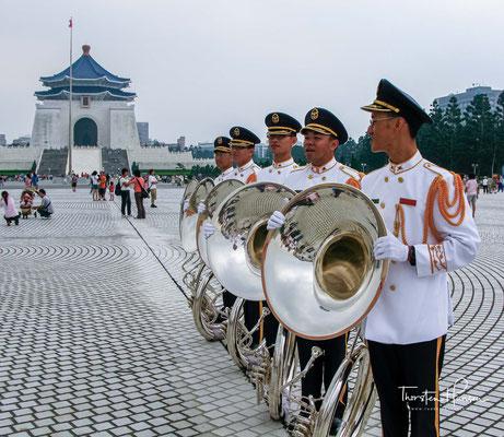 Lis Macht wurde hingegen unantastbar, auch Suns Tongmenghui schaffte es nicht, sie zu begrenzen. Nach der Abdankung des letzten Kaisers Puyi kam es zu Spannungen zwischen Lis Militärregierung