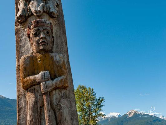 Diese von indigenen Holzschnitzern gestalteten Totempfähle stellen nicht allein einzigartige Kunstwerke dar, sondern auch Geschichten und Landmarken.
