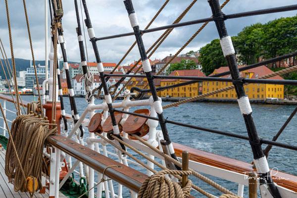 Unter anderem charterte die Deutsche Marine erstmals das Schiff im September 2000 mit norwegischer Stammbesatzung, um die seemännische Grundausbildung der 120 Offizieranwärter durchführen zu können,