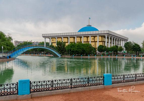 Oliy Majlis (usbekisch Oliy Majlis 'Oberste Versammlung') ist das Parlament im Zweikammersystem in Usbekistan.