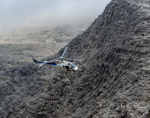 Die Boèhütte liegt auf 2873 m s.l.m. (nach anderen Angaben 2871 m s.l.m.) im Zentrum der Sella-Hochfläche rund 700 Meter nordwestlich des Piz Boè und unweit des Col Turond (2927 m).