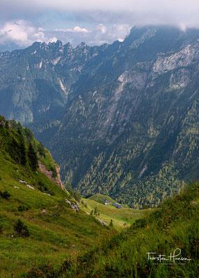 Blick auf den steilen Abstieg zur Schutzhütte Pian de Fontana (1.632 m)