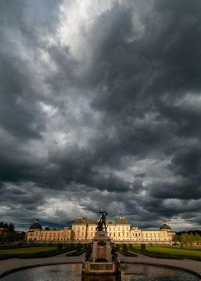 """des chinesischen Schlösschens (Kina slott) und des Drottningholmtheaters (Drottningholms slottsteater). Schloss Drottningholm wird auch als """"schwedisches Versailles"""" bezeichnet."""