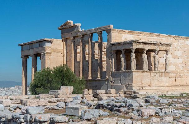 Das Erechtheion ist ein Tempel im ionischen Baustil auf der Akropolis in Athen, der etwa zwischen 420 und 406 v. Chr. erbaut wurde.